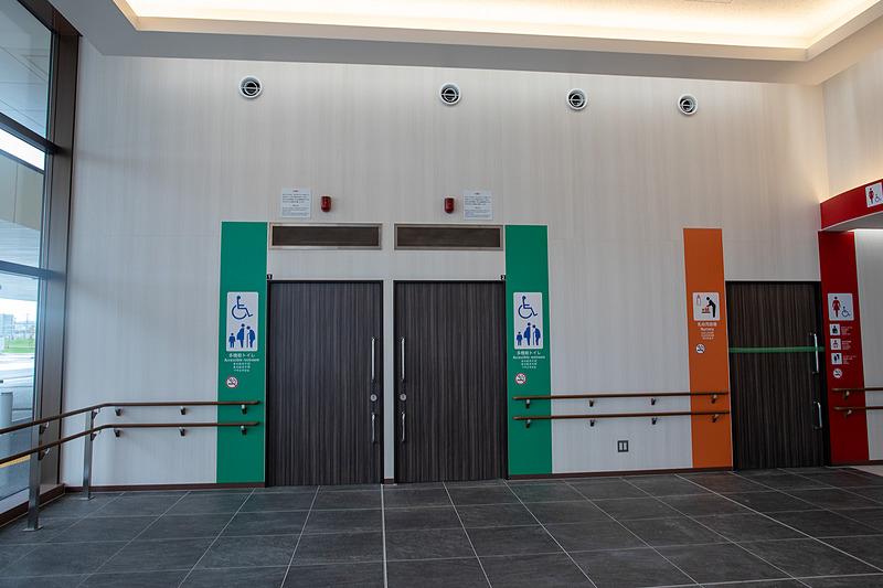 身障者用トイレもある。壁沿いには高さが2種類の手すりが設けてあるので、足腰の弱い方でも利用しやすいようにしている