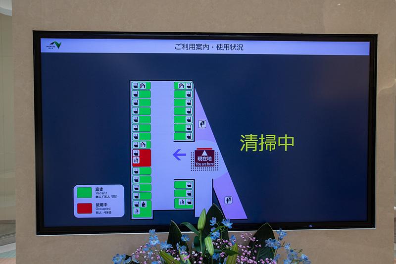 ホールには使用状況を表示するモニターがある。赤が使用中を示す