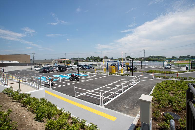 一般道側の駐車場は約90台の駐車スペースがある。2輪車用の駐輪スペースも設けてあった