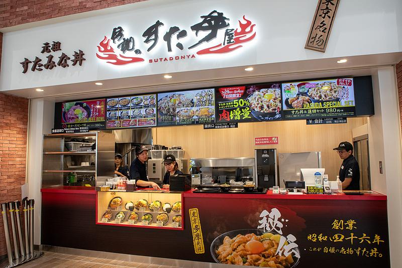 元祖すたみな丼の「伝説のすた丼屋」。秘伝のにんにく醤油ダレに絡めたジューシーな豚バラ肉を大盛りご飯に盛る「すた丼」が人気。営業時間は7時~21時30分(ラストオーダー21時)。NEXCO東日本初出店
