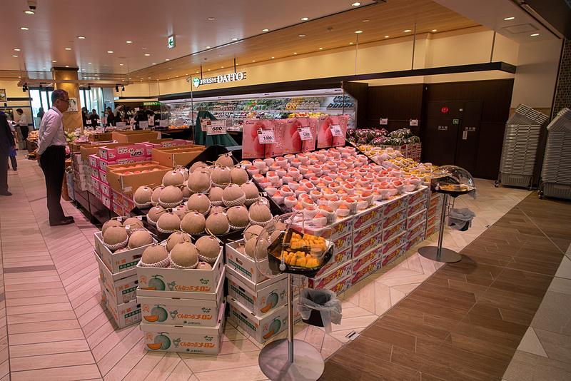青果店の「フレッシュダイトー」。地元の野菜も販売する。フルーツは関東、東北の銘産品をメインに旬なものを取り揃えている。高速道路初出店