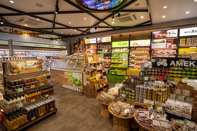 旬撰倶楽部の店舗デザインは「Gensler(ゲンスラー)という世界に48か所の事務所を持つグローバルなデザイン事務所が手がけている。商品だけでなく店舗デザインも見どころだ。天井にはモニターが埋めこまれ東北の風景などが映される