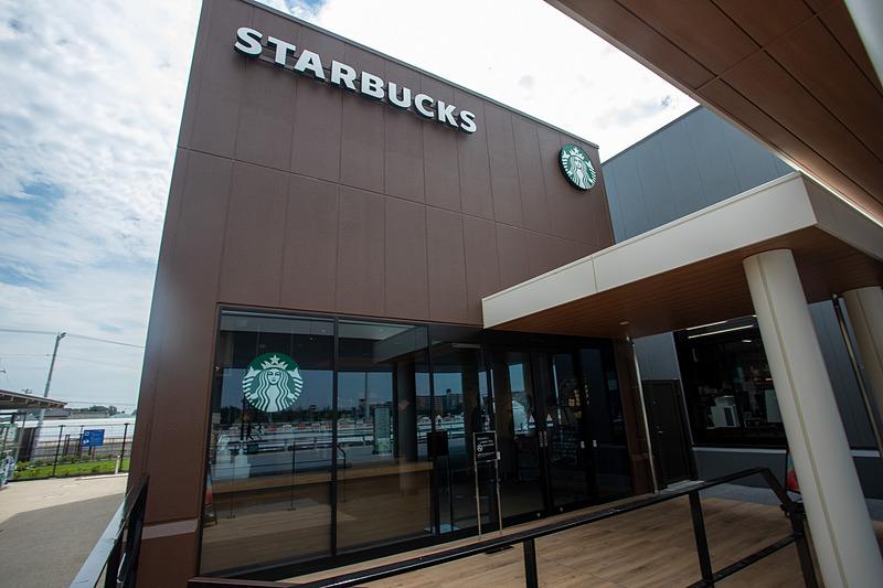 スターバックスコーヒーも入っている。こちらはフードコートやショップエリアから一度出たところにある。営業時間は7時~22時