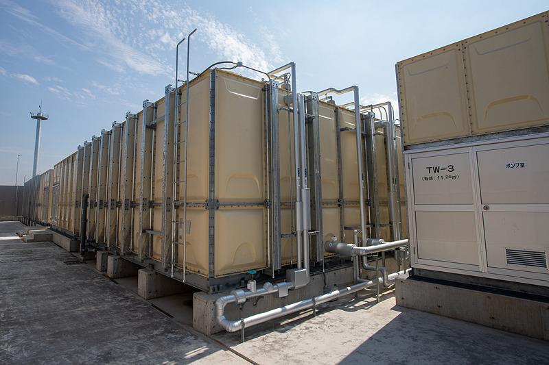 手前が井戸水ポンプで隣が上水と混ぜるタンク。奥は上水のみのタンク