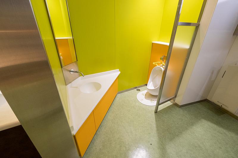 本館1階の男性用トイレ内に子供用トイレを新設