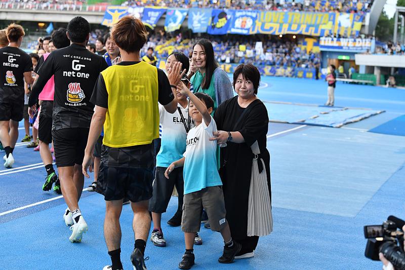 発達障がいを持つ子供たちが「川崎フロンターレ 対 大分トリニータ」の試合を観戦。開始前にはハイタッチで選手を送り出す(写真提供:Jリーグ)