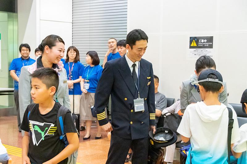 搭乗した便の運航スタッフではないが、機長や地上職員などの制服を着用したスタッフも同行