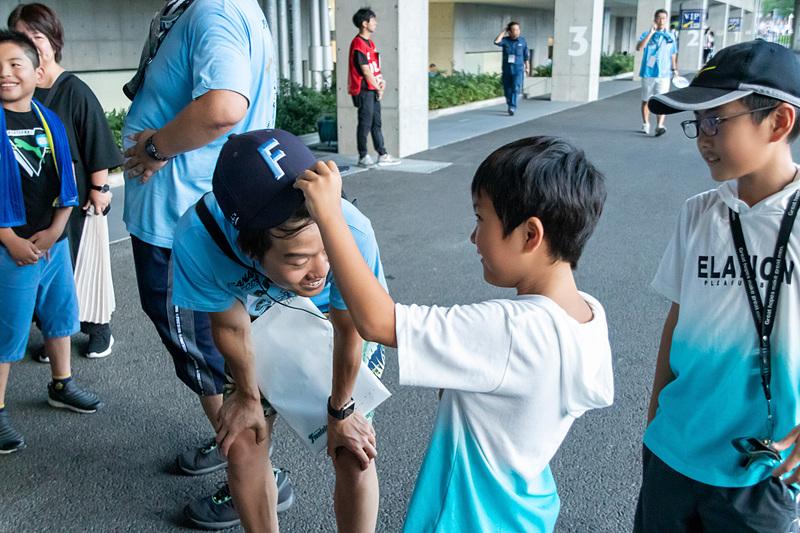 子供たちと交流を深めるスタッフやサポーター