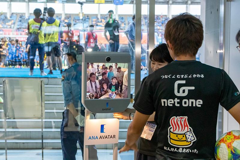 ANAアバターで大分市の学校にいる子供たちと交流しているシーン