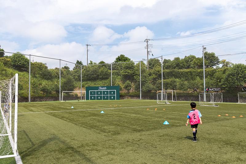 サッカー体験教室はフロンターレ川崎の麻生グラウンドにある人工芝グラウンドで行なわれた