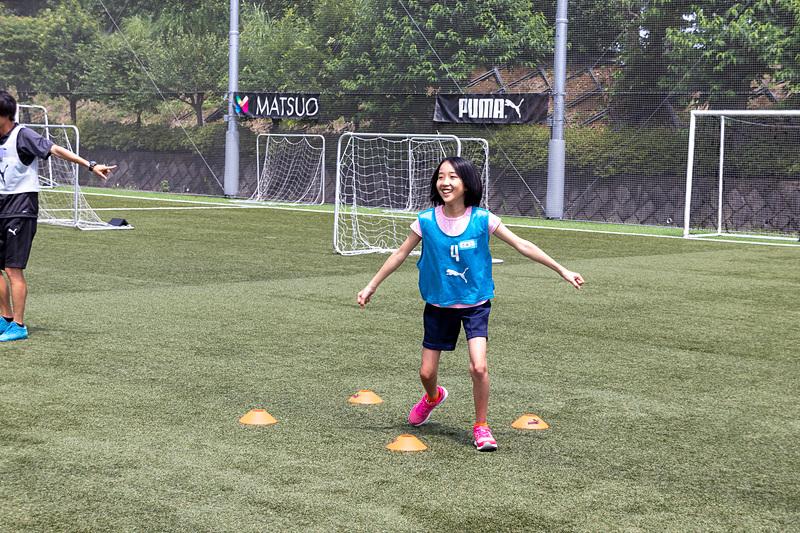 体を動かすウォーミングアップから始まり、ボールを使ったドリブルやシュート練習までを体験