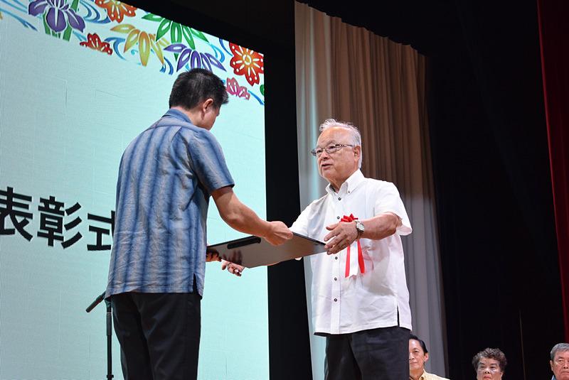 沖縄フルーツランド株式会社の安里廣氏。名護市の観光産業を発展・拡大させる礎を築いてきたこと、地域の緑化に努めていることなどが評価された