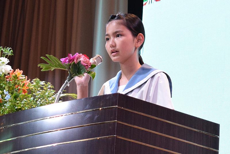 第16回「おきなわの観光」意見発表コンクールでグランプリを受賞した粟国村立粟国中学校3年の新城れあさん