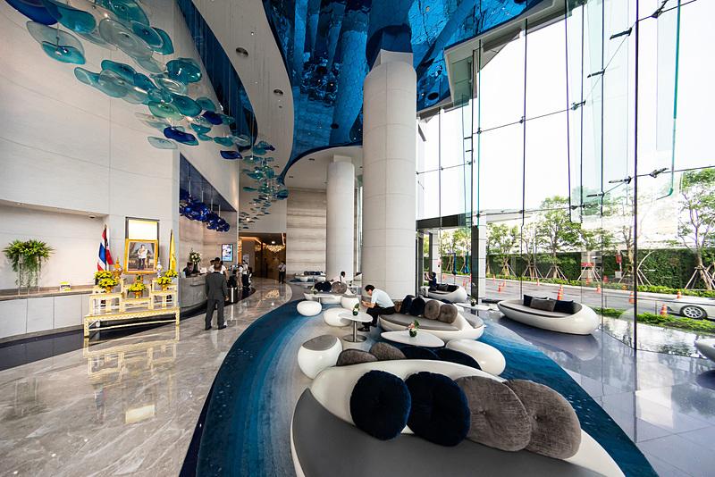 ホテルエントランスロビーは1階にある。モダンなデザイン
