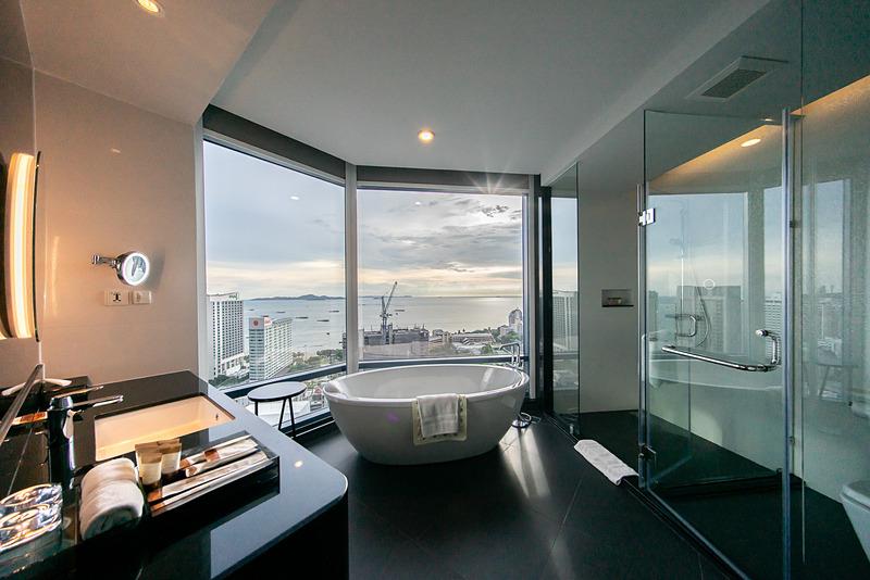 シャワールームには浴槽もあり、眺望が抜群