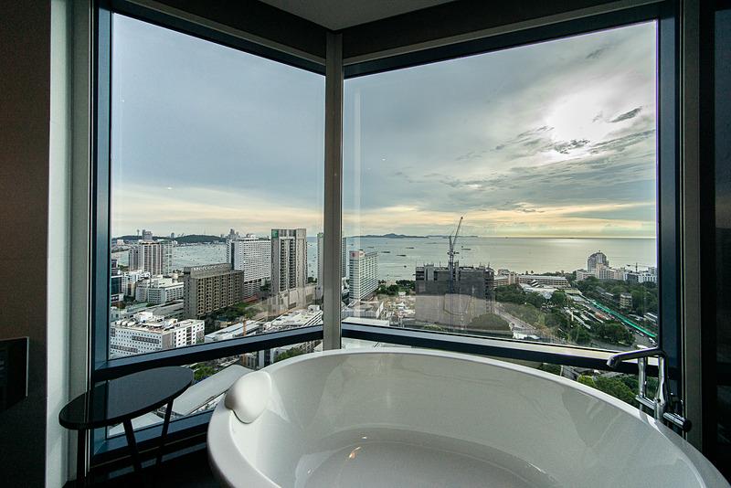 浴槽からの眺め。パタヤ・ベイが一望できる