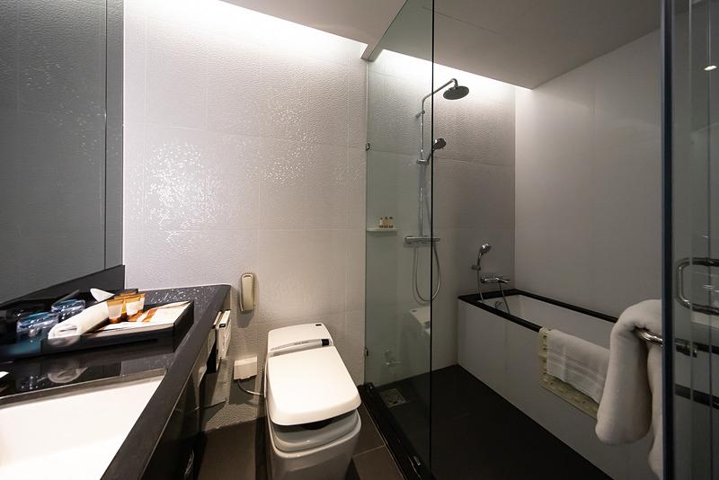 デラックス・コーナー・シービューの洗面室。シャワールームに浴槽がある