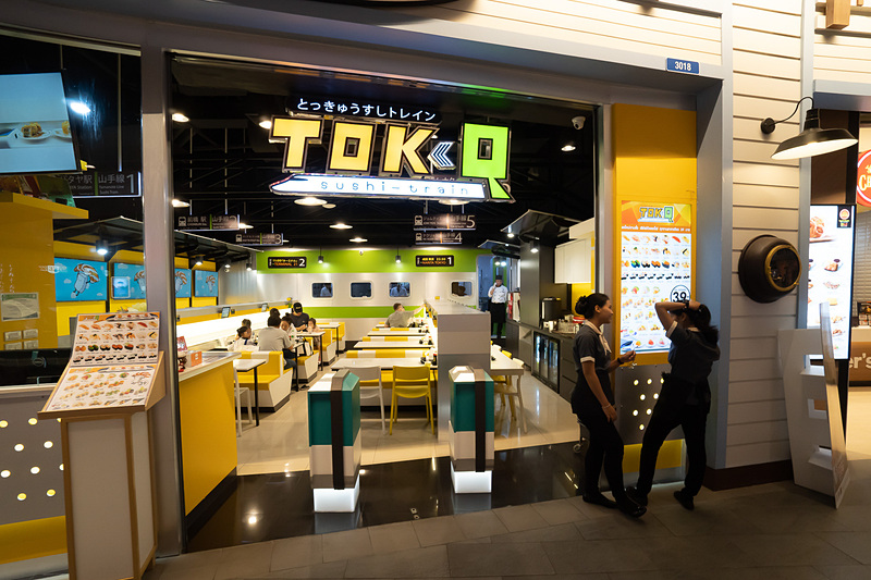 改札なんだか回転寿司なんだか。タイでは寿司は大人気