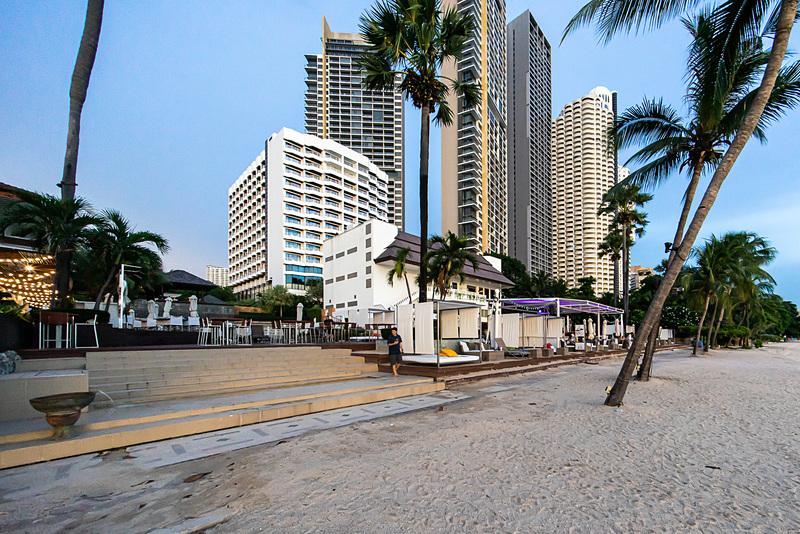 ホテルの外観。手前の白い建物がホテル。奥の高層ビルはリゾートマンション