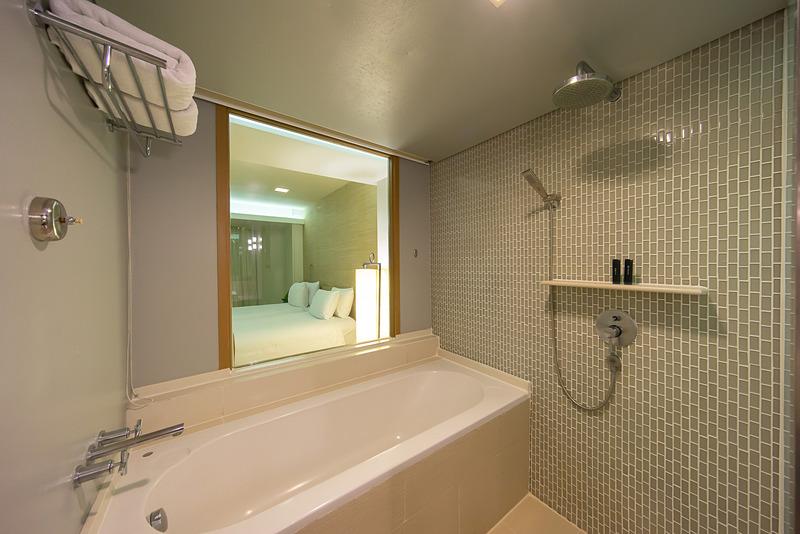 シャワーと大きめの浴槽がある