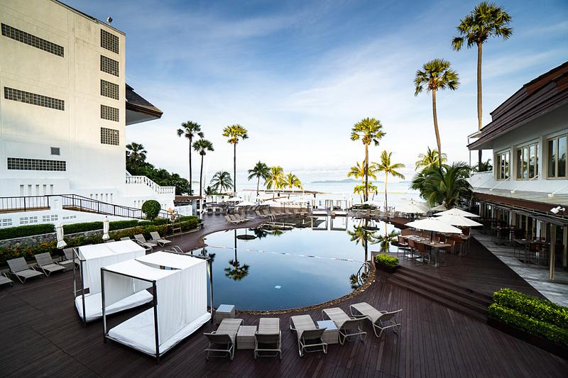 中庭のような作りになっているビーチサイドのプール