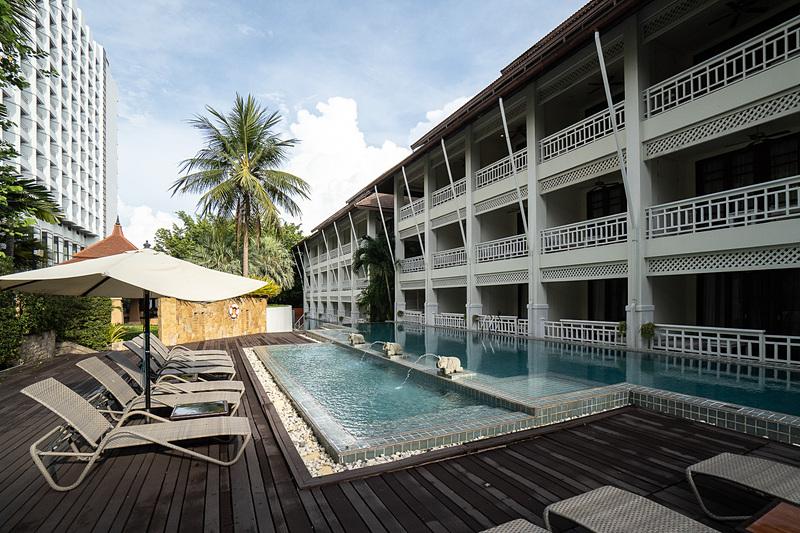 ラナイ・ルームの1階はプールに直結している