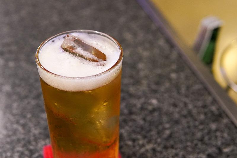 タイの屋台では、冷えていないビールに氷を入れて飲むのが一般的