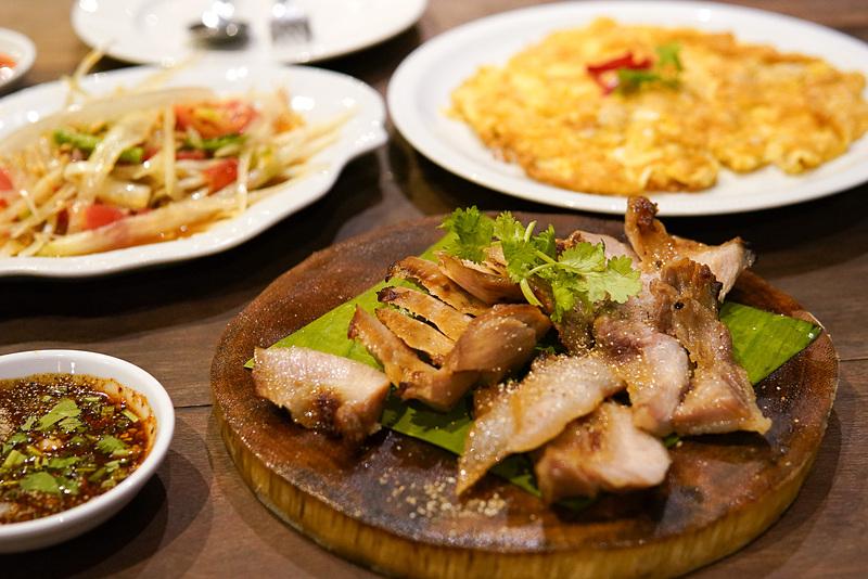 イサーン料理の1つコームーヤン(豚ネックの炙り焼き)
