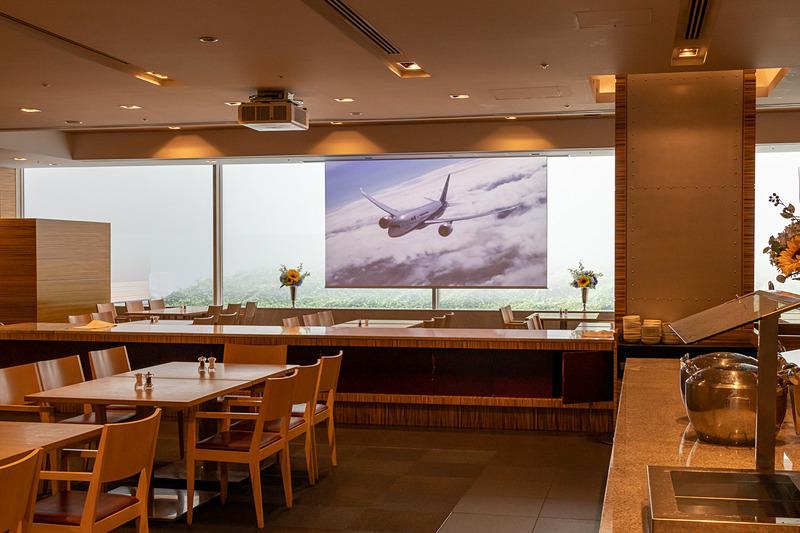 レストランに設置されている大型スクリーンでは、ANAやJAL、ボーイングやエアバスが提供する映像、航空写真家であるルーク・オザワ氏の写真などが流されている