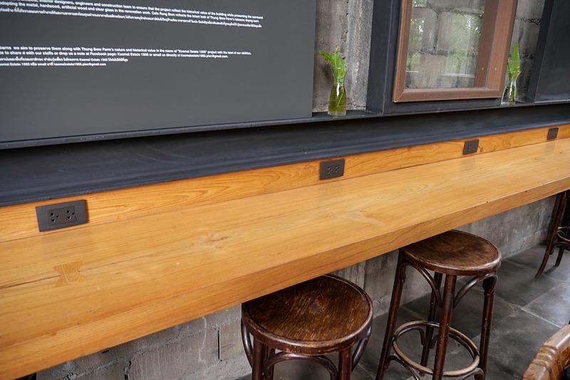 カフェのカウンターには電源が用意されていることが多い