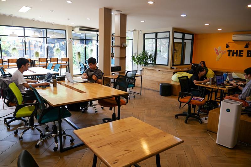 ワーキングスペース。テーブルやカウンターで自由に仕事が可能だ