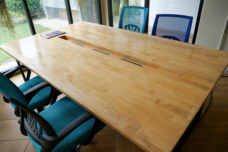 テーブルには電源が用意され、PCも安心して利用できる