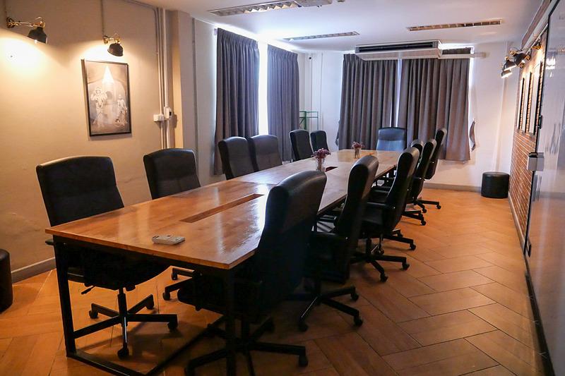 会議室も完備しているので、日本とのテレビ会議なども問題なく対応可能だ