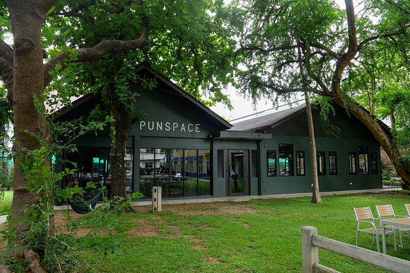 チェンマイ旧市街のコワーキングスペース「PUNSPACE Wiang Kaew」。緑に囲まれた環境のよさが特徴だ