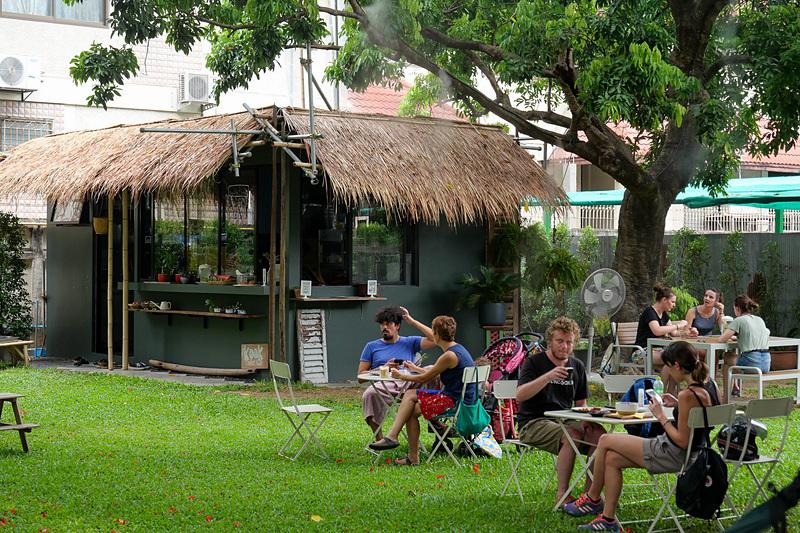 カフェ周辺で食事をしながらリラックスしたり、こちらで仕事をすることも可能だ