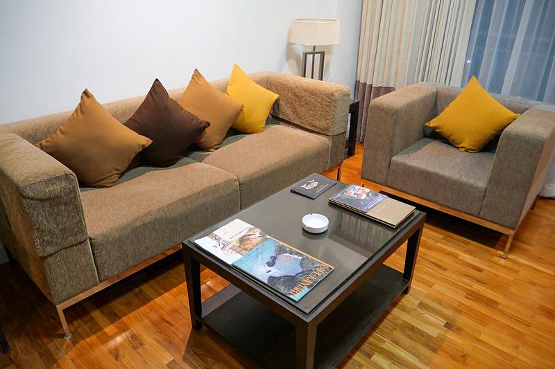 リビングスペースにはソファとローテーブルが置かれ、ゆっくりくつろげる