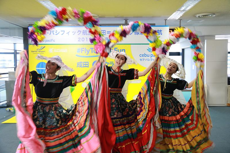 就航記念式典では、東京外国語大学 フィリピン民族舞踊部がパフォーマンスを披露