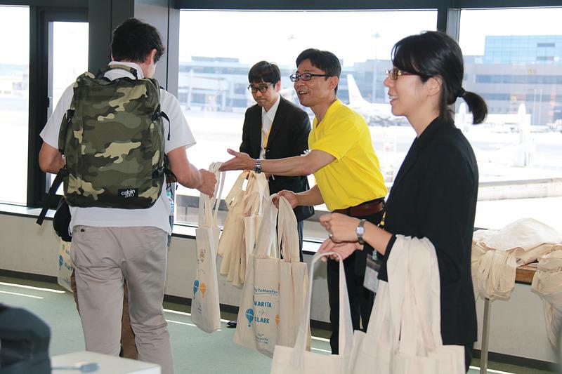 乗客には記念品をプレゼント。セブ・パシフィック航空のマスコット「セッピーちゃん」と成田空港のマスコット「くうタン」がお見送り