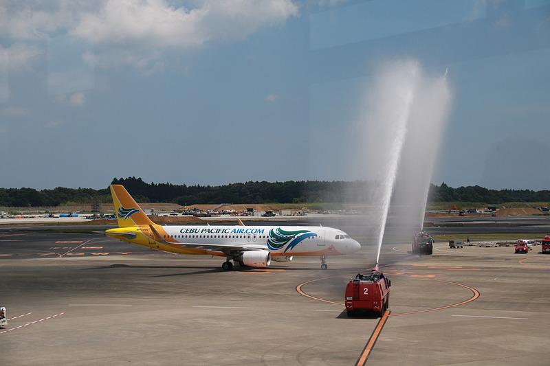 成田空港ではクラーク発の初便である5J5068便の到着を、ウォーターキャノンを使った放水アーチで迎えた