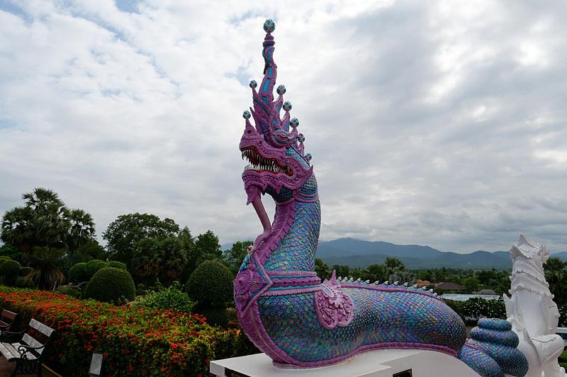 神話に登場する蛇の彫像。その独特な形に加えて、彫像の色鮮やかな装飾も大きな見どころとなっている