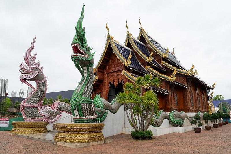 ピンクや緑の蛇の彫像などもあって、そのハデな雰囲気に圧倒される