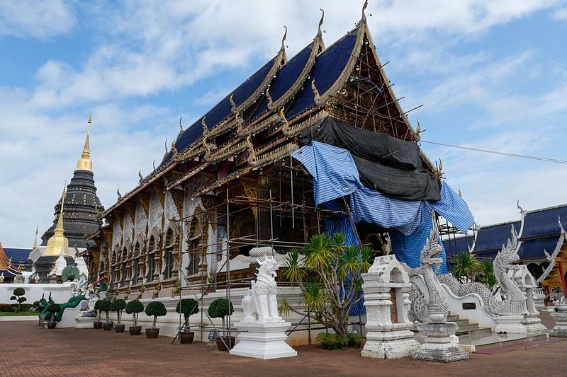 建物の多くが、屋根が三重に重なった、ランナー派独特の建築様式を採用