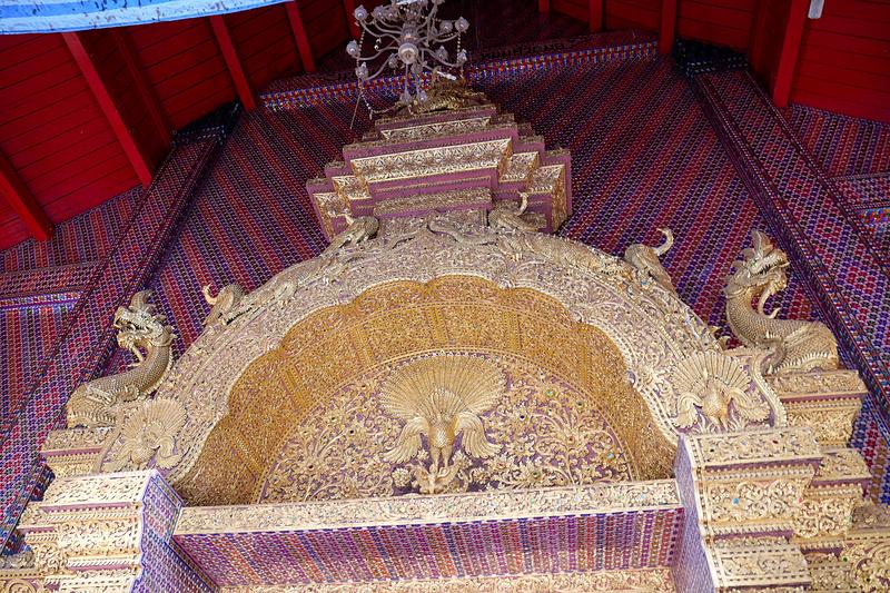 壁面や入り口上部には、きらびやかな装飾が施されている