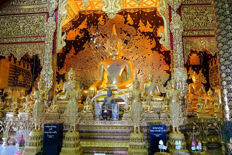 金の仏像や周囲の彫刻なども必見の美しさ