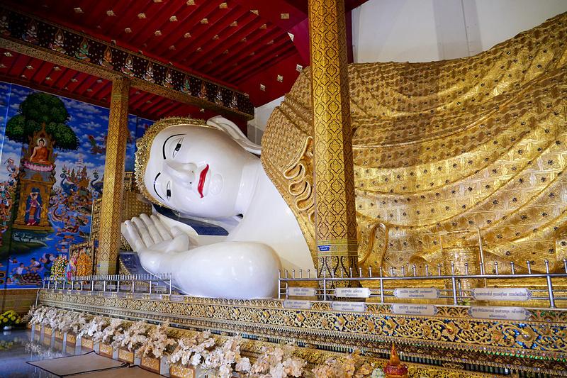 バンコクのワット・ポーに匹敵するような、巨大な涅槃像も作られている