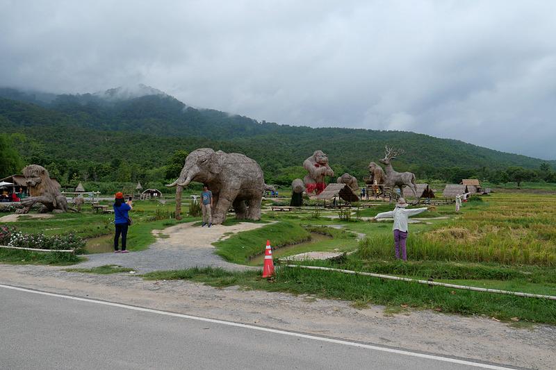 水田で育てた稲の藁を活用して作られた巨大アートが並んでいる