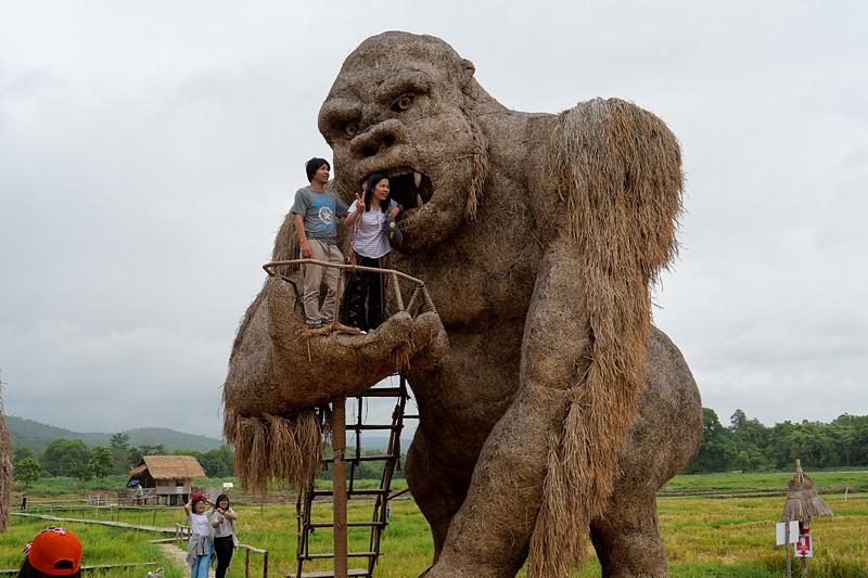 ゴリラ像に登って記念撮影などが可能だ