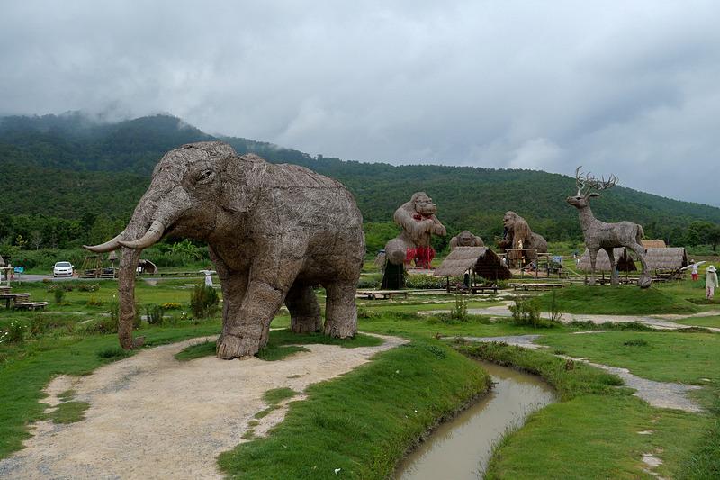ゴリラ以外にも、象や鹿などの藁アートもあって、かなり壮観だ