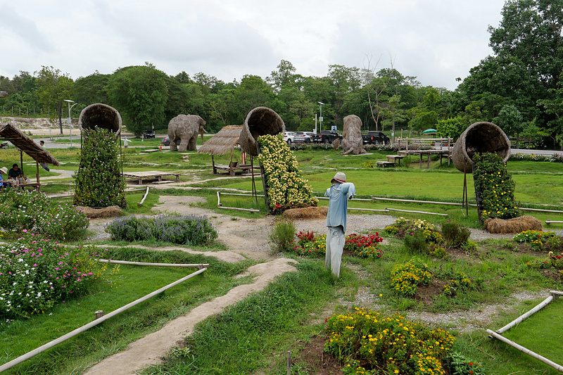 周囲は公園として整備されている