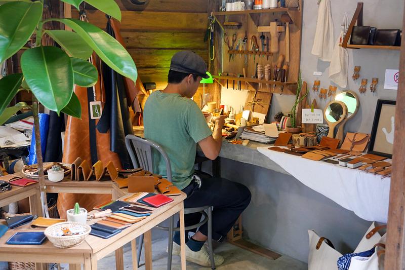 実際に工芸作家がこの場所で工芸品を制作し販売している